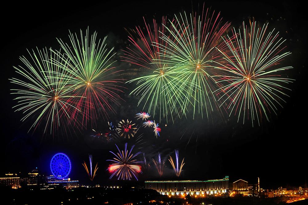 義大世界今年煙火秀結合矩陣特效、360度漩渦煙火、高空煙火、環場煙火等設計,打造出立體3D般效果。(圖片提供/義联集團)