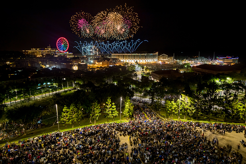 每到跨年夜,義大就會湧入大批人潮共賞煙火秀,欣賞精采的表演。(圖片提供/義联集團)