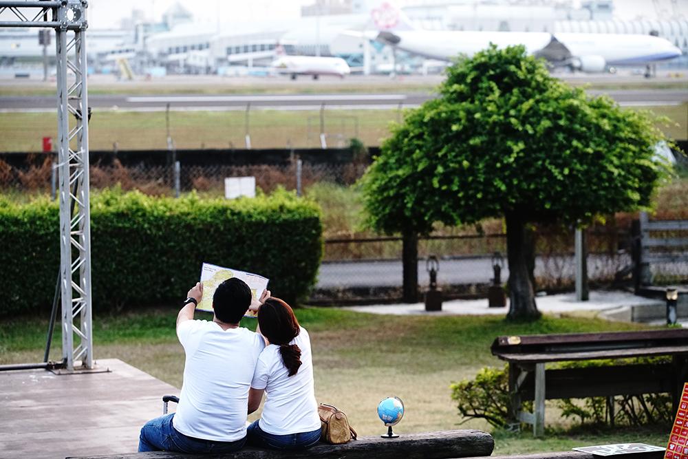 在觀景平台上用餐,可以和飛機近距離交會。(攝影/曾信耀)