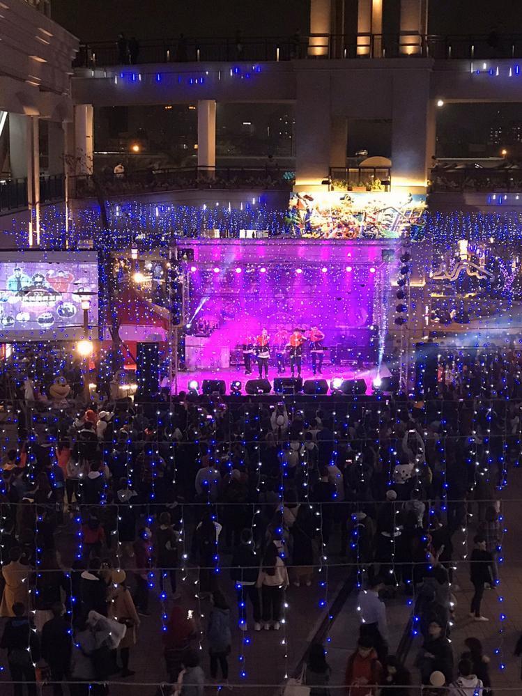 熱鬧的跨年演唱會吸引民眾駐足觀賞(圖片提供/草衙道)