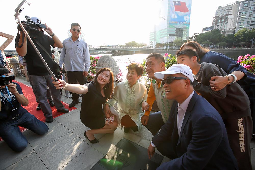 副市長葉匡時與甄珍、吳比眾人開心合影。(照片提供/高雄市政府新聞局)