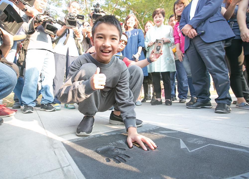 高雄市觀光局十月代言人、寶可夢世界冠軍吳比說,他沒想過自己手印在星光大道上。(照片提供/高雄市政府新聞局)