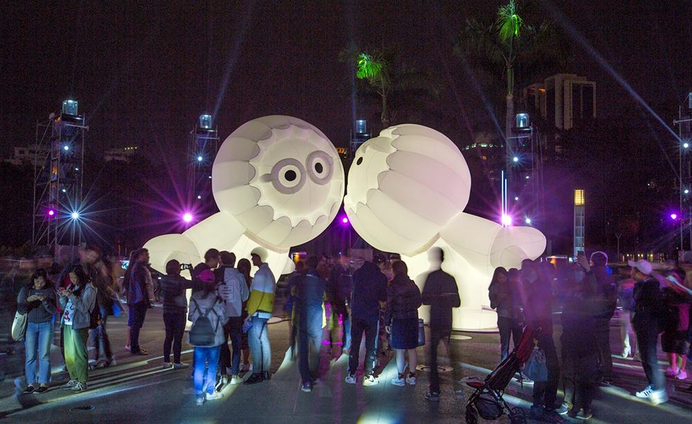 法國巴黎藝術家Moetu Batlle和David Passegand設計Anooki,在中央公園成為打卡最夯的「亮」點。(照片提供/高雄市政府新聞局)