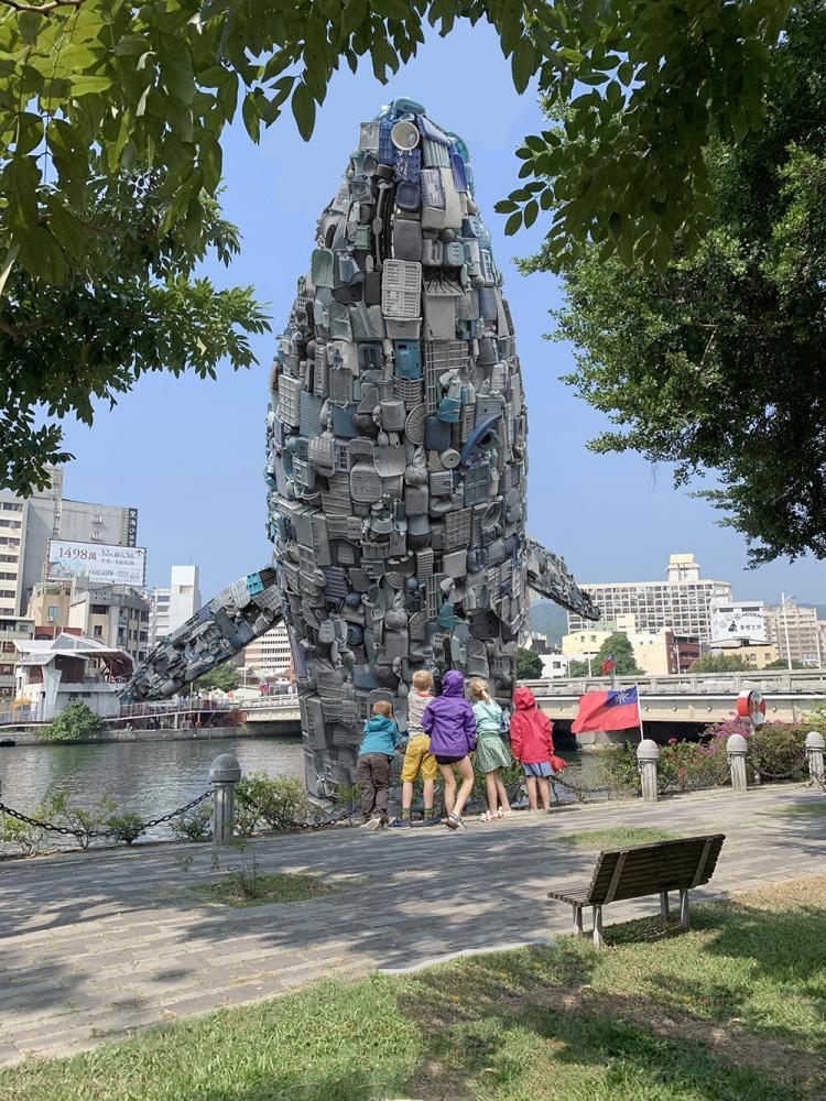 愛河的鯨魚藝術裝置有七層樓高,是該計畫推動以來最大的鯨魚裝置藝術。(照片提供/新象活動推展中心)