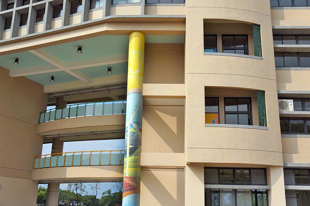 新校舍的馬賽克磚設計。(攝影/孫小龍)