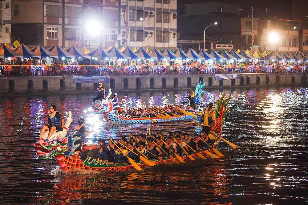 中芸漁港的夜間龍舟賽。(圖片提供/林園區公所)