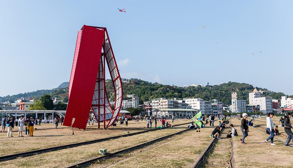 《逆風》是許多遊客最愛的打卡景點。(圖片提供/高雄國際貨櫃藝術節)