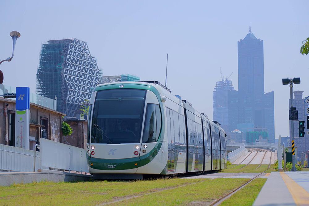 輕軌列車進站。(攝影/Bill Hwang)
