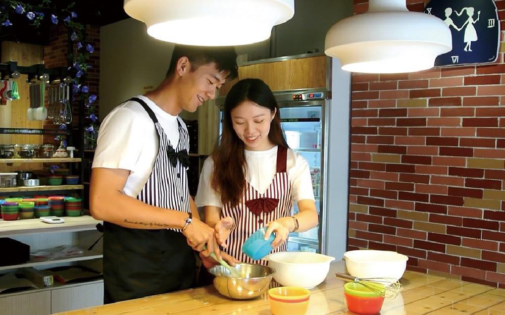 兩人七手八腳地完成一份從愛出發的甜點。(圖片提供/愛10克親手烘焙 DIY Bakery)