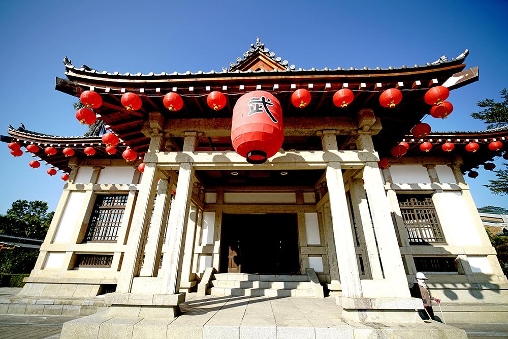 旗山武德殿採傳統日本式寺殿式樣建築建造,黑瓦屋頂在台灣武德殿中,採用入母屋屋頂的最多,與中國傳統歇山屋頂類似。(攝影/曾信耀)