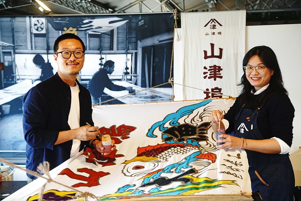 李怡志(左)與張淑雯(右)投入高雄傳統漁業大漁旗文化復興技藝。(攝影/曾信耀)