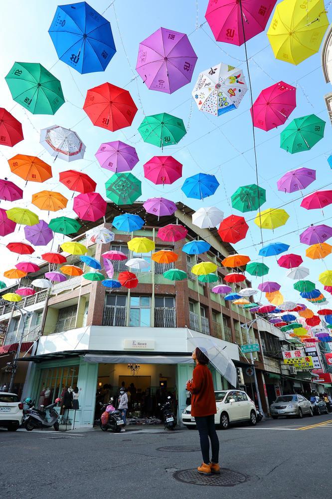 以批發為主的商圈不僅具備流行時尚的趨勢,更因雨傘裝置的加入,產生藝術氛圍。(攝影/Cater)