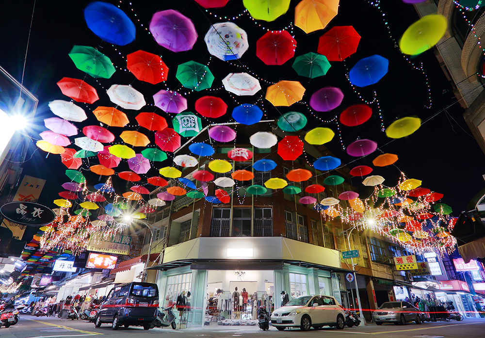 夜裡的雨傘街與白天景致不同,別有一番風情。(攝影/Cater)