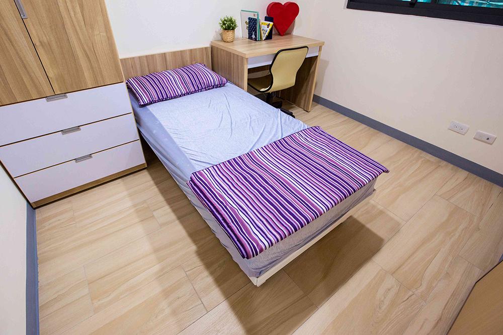 臥室陳設簡約溫馨,設備也很齊全。(圖片提供/高雄市政府都發局)