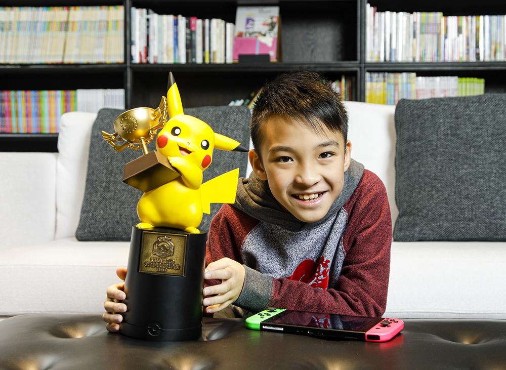 吳比勇奪寶可夢世界錦標賽電玩遊戲部門兒童組冠軍,從美國捧回冠軍盃。(攝影/陳晉生)