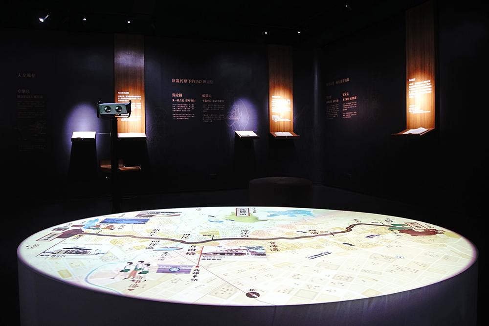「流轉中的鳳山縣城」,透過VR科技裝置體驗,穿梭雙城古道,訴說鳳山雙城百年來的分與合。(攝影/曾信耀)