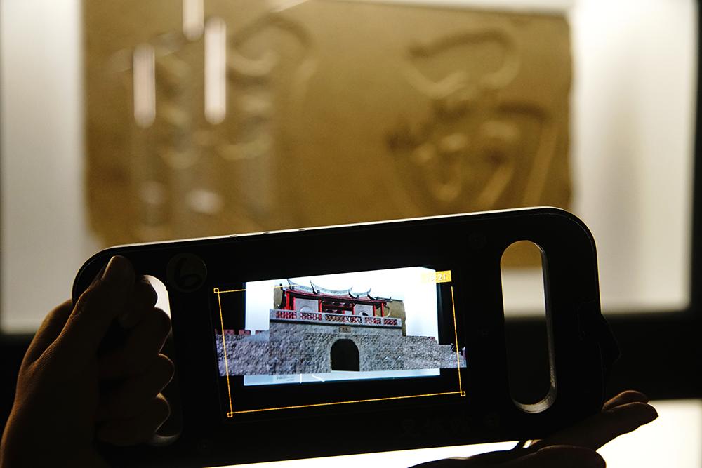 AR科技讓你身歷其境,體驗時空變換的劇情與樂趣。(攝影/曾信耀)
