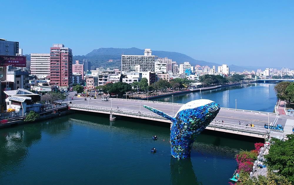 環境裝置藝術家Jason Klimoski與Lesley Chang,以約7個星期的時間打造鯨魚騰躍愛河的美麗姿態。(攝影/Carter)