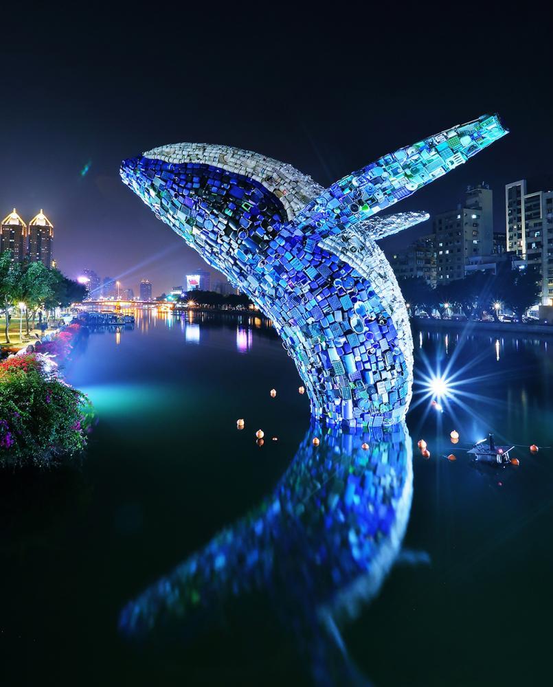 夜晚愛之鯨的水面倒影,彷彿夢幻童話出現在現實裡。(攝影/Carter)