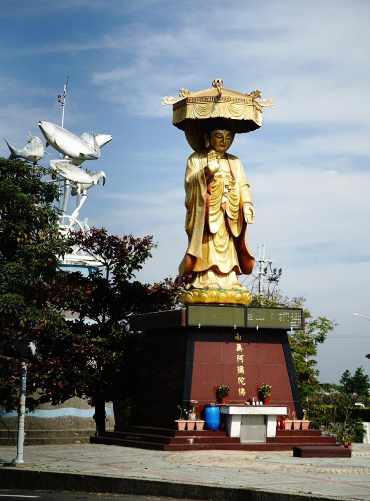 台17線與彌陀中正南路交會路口的南無阿彌陀佛神像,常常成為遊客到此一遊的打卡景點。(攝影/曾信耀)
