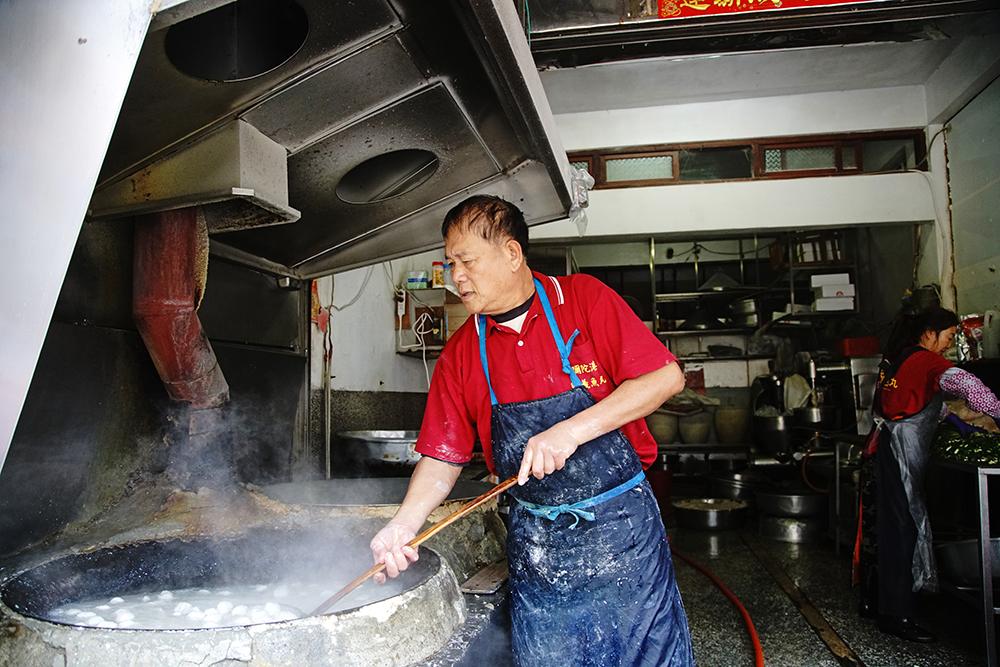 興義魚丸店老闆謝勝寶的虱目魚丸每天新鮮現做,煮魚丸時鮮味飄香。(攝影/曾信耀)