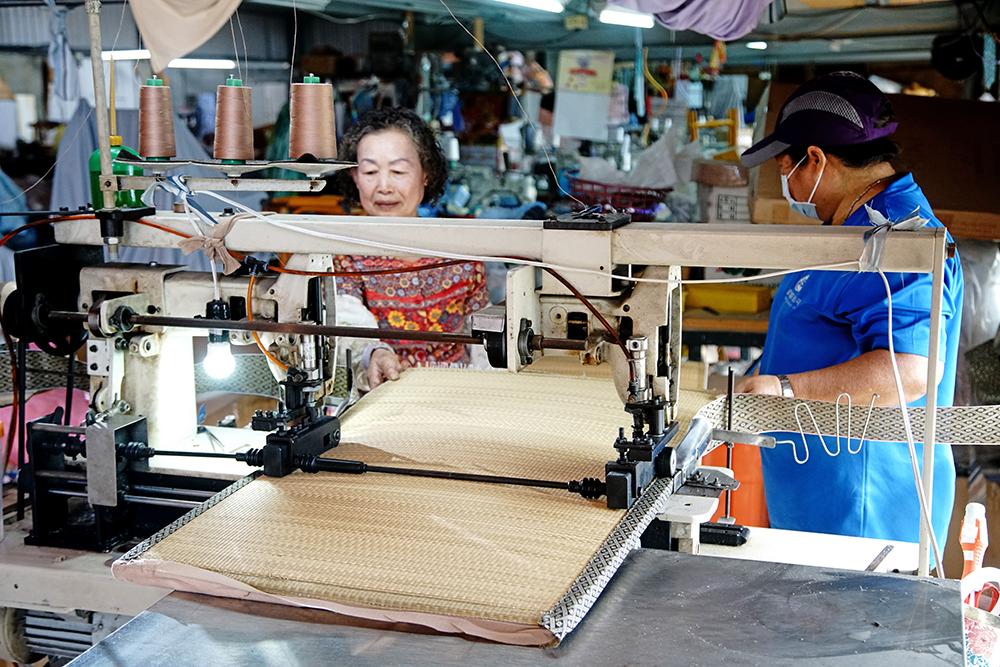 老頭家娘陳孫月綢50多年草蓆編織技術,盡現臺灣工藝職人紮實精湛的底蘊。(攝影/曾信耀)