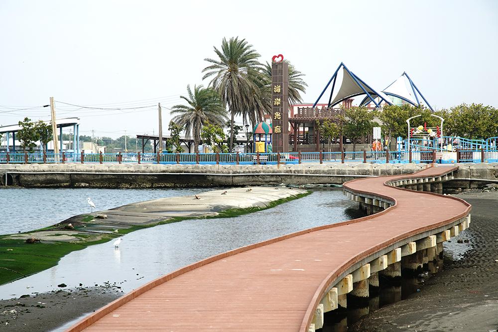 近年進行景觀再造的海岸光廊,已成為彌陀漁港新亮點。(攝影/曾信耀)