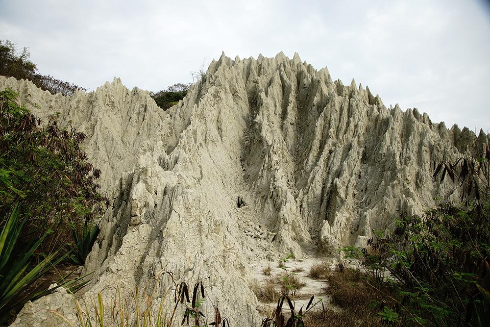 漯底山惡地形尖峰利脊,與燕巢田寮月世界截然不同。(攝影/曾信耀)