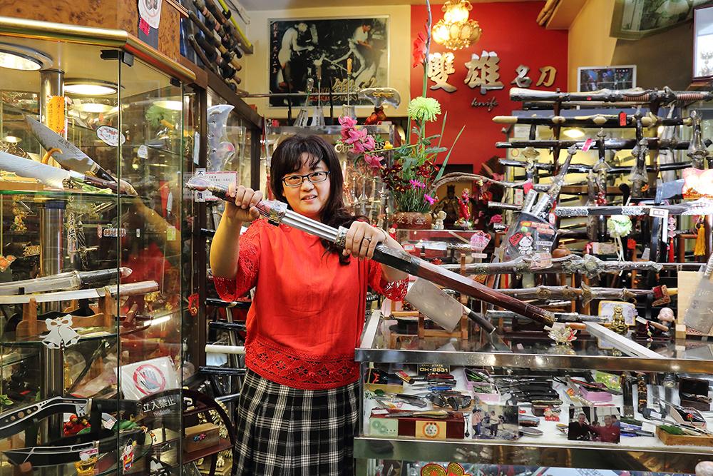 擁有留美碩士的高學歷,楊百似經常以一口流利英文向外國客人解說台灣的刀品文化。(攝影/Carter)