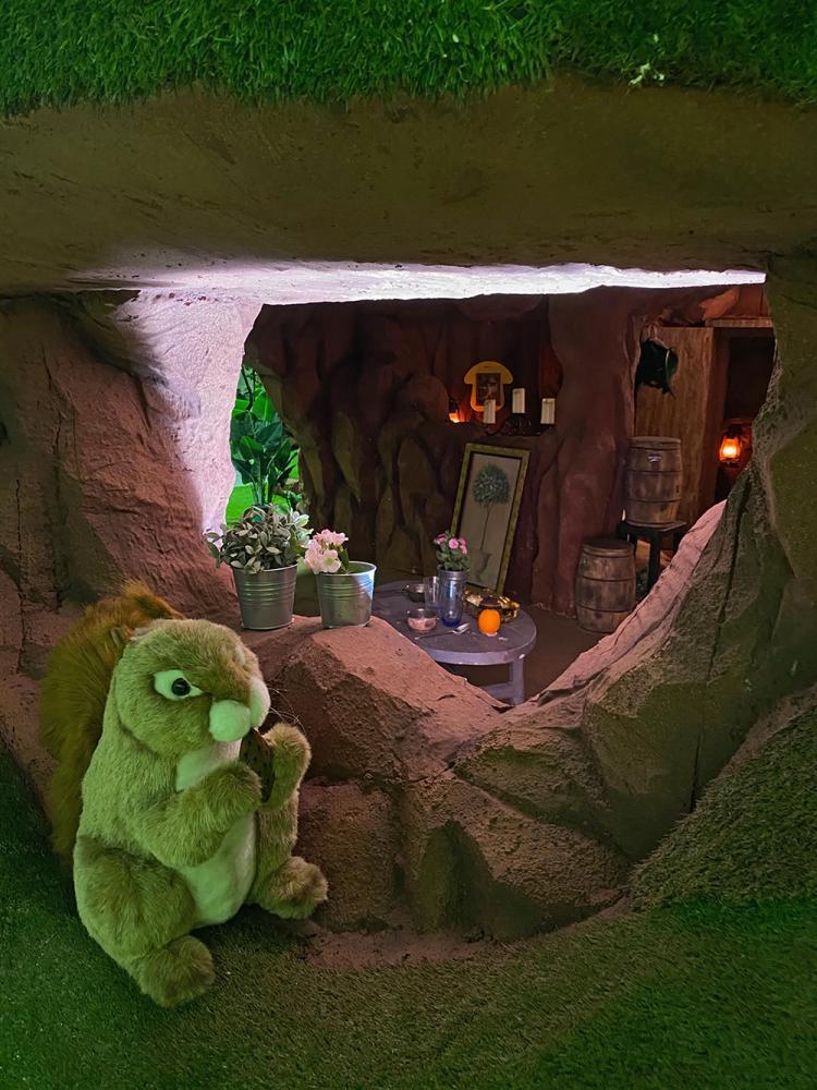 小巧迷你的洞穴裡,有著布置齊全的火爐、桌椅等家具,宛若小精靈的家。(圖片提供/寬宏藝術)
