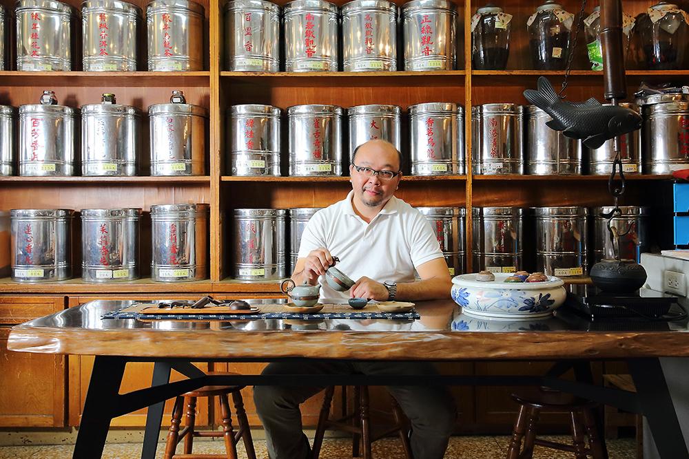 整面牆櫃陳列的老茶罐,一直是老茶行最美的生活風景。(攝影/Carter)