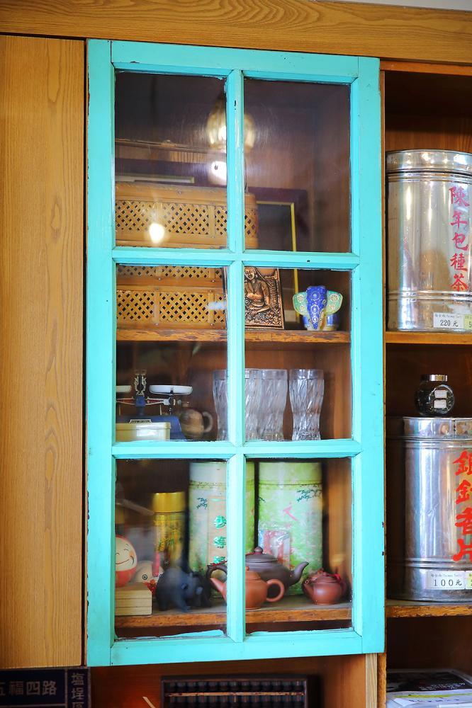 廚房拆下來的舊木窗,描繪出茶行舊日時光,櫃子裡還陳列了當年玻璃杯盛紅茶的老古董。(攝影/Carter)
