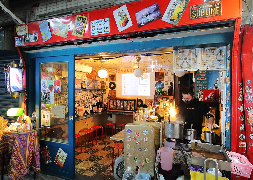 老舊的鐵捲門刷上紅色漆,讓吃貨食宴室超醒目。(攝影/Carter)