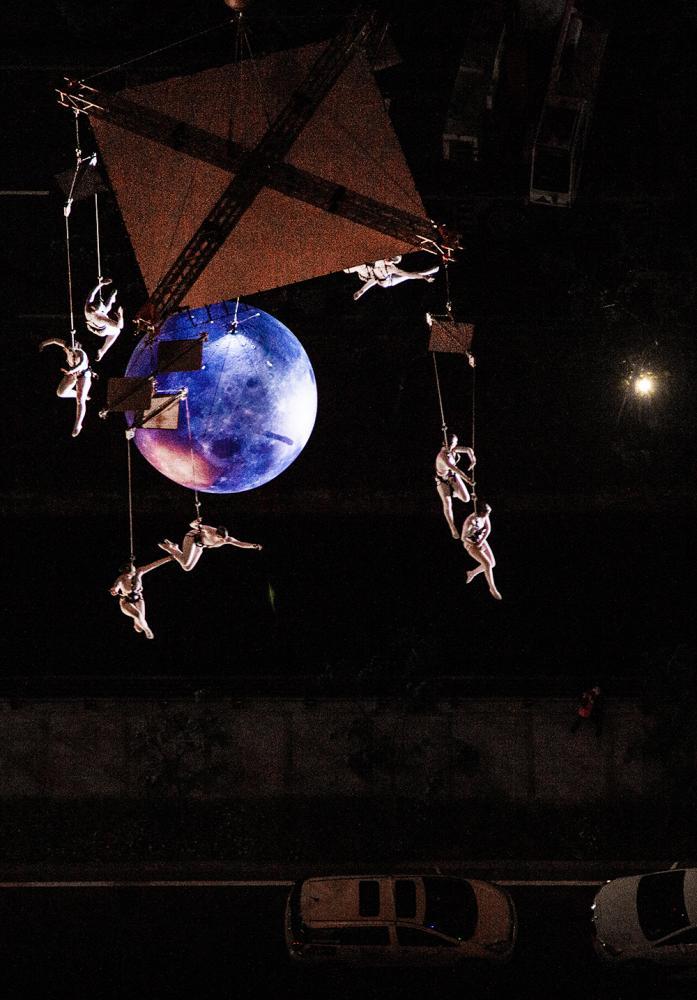 西班牙Aerial Strada風之精靈高空秀演出精彩,教人目不轉睛。(圖片提供/高雄市政府觀光局)