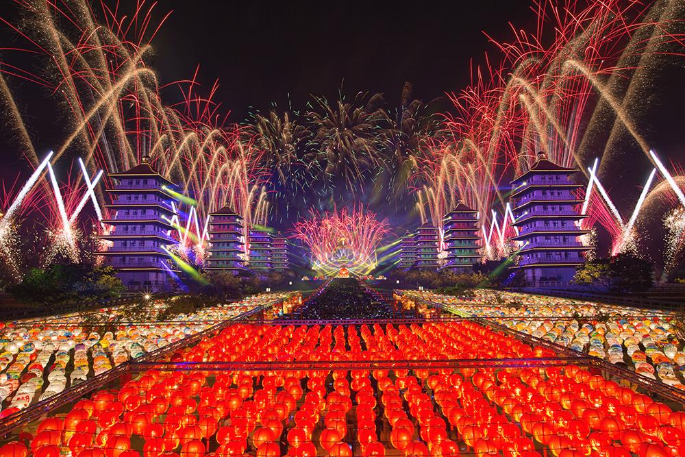 佛陀紀念館2020年「光照大千」祈福活動的燈光煙火表演。(攝影/新聞局黃敬文)