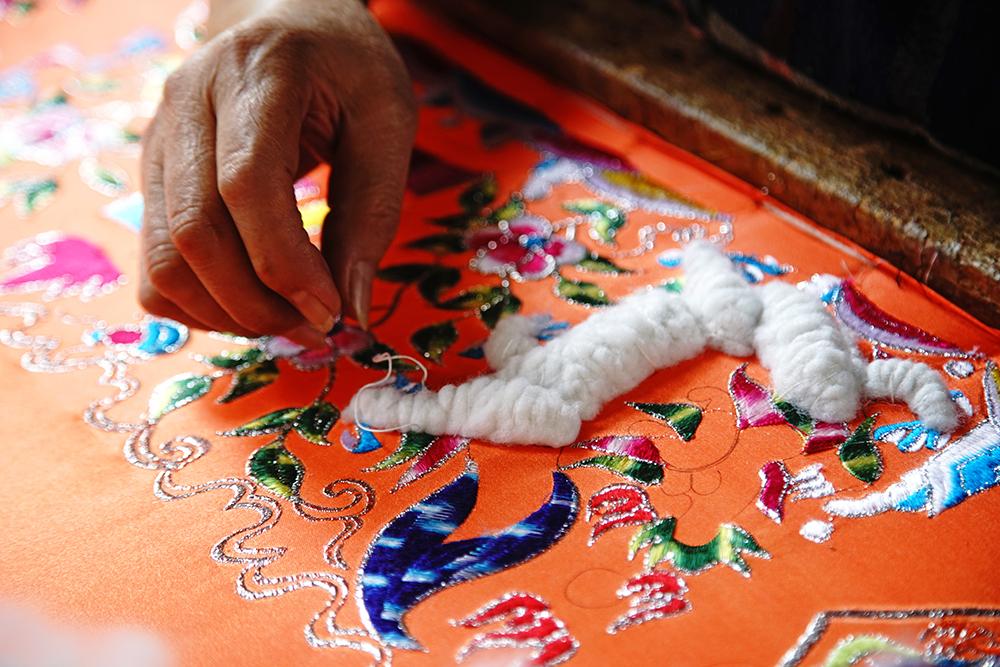 鋪棉花是立體繡最重要的步驟。(攝影/曾信耀)