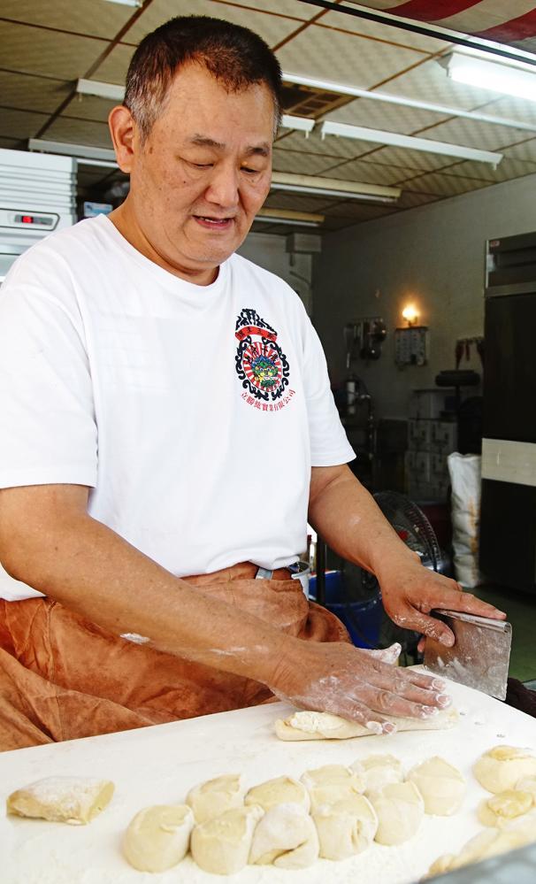 蘇阿嬤雞蛋酥第二代蘇俊義一直都由他負責麵糰包餡手工製作。(攝影/曾信耀)