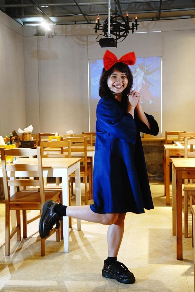日本動畫大師宮崎駿筆下「魔女宅急便」主角琪琪,店員cosplay上場。(攝影/曾信耀)