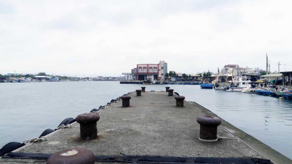為了找到可以強化影片中氛圍的場景,往往要花上許久時間探尋,電影《引爆點》中最後選擇在彌陀漁港拍攝,也是勘察過高雄沿岸漁港後挑選出來的。(圖片提供/林仕肯)