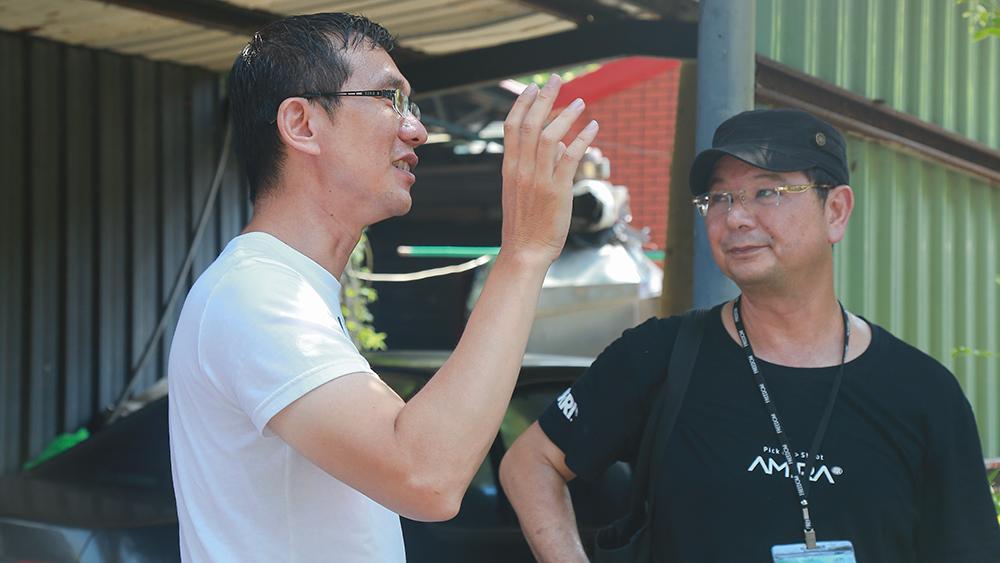 《心靈時鐘》劇組探班(左一) 拍片支援中心專員兼課長凃瑞霖。(照片提供/高雄拍片支援中心)