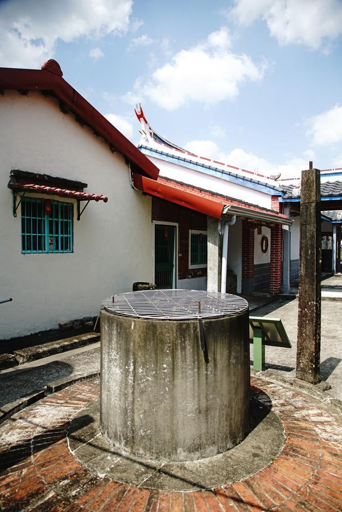 月眉黃家夥房祠堂間仍保留一座完好的古井,有百年歷史。(攝影/曾信耀)