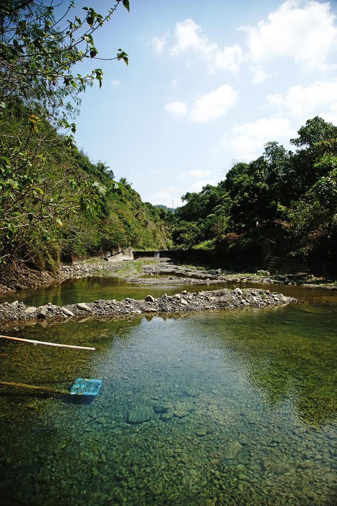 枋寮溪溪水清澈見底,是當地人最愛戲水的秘境。(攝影/曾信耀)
