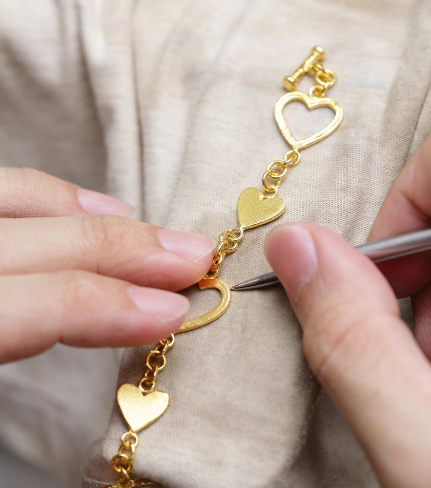 手鍊手環變化式樣多,是純金飾品不敗款。(攝影/Carter)