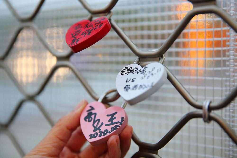 帶著情人來愛河畔的白色戀人貨櫃,以心鎖見證彼此的誓言。(攝影/Carter)