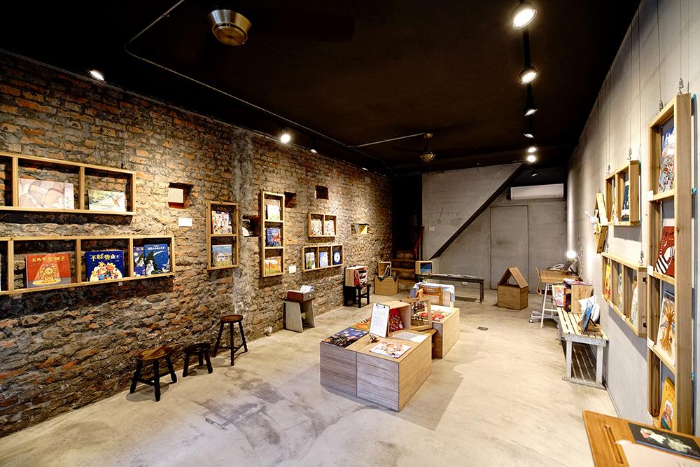小房子書舖藝廊露出紅磚牆面,訴說老屋時光紋理。(攝影/曾信耀)