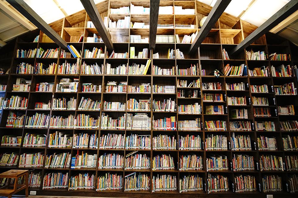 小房子書舖二樓設置藏書庫與說故事場地,宛如小房子造型的書牆簡直是愛書人的夢想書房。(攝影/曾信耀)