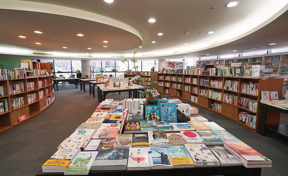 大片圓弧落地窗、低矮的書櫃、無壓迫感的舒服空間,氛圍溫馨又放鬆。(攝影/李曉萍)