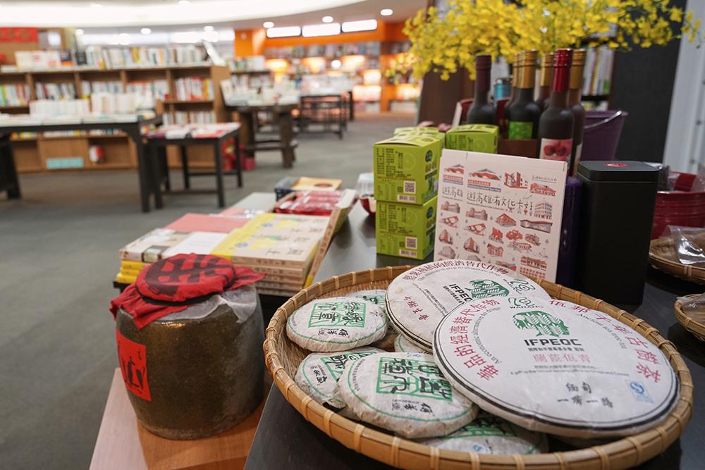 門口最顯眼的區域陳列,藍姐挑選的臺灣農特產品,手工釀製的鹹檸檬醬、台灣野生紅茶、紫晶桑椹紅酒等,搭配探討地方風土的書籍,藍姐笑著說:「只是想要分享好東西。」(攝影/李曉萍)