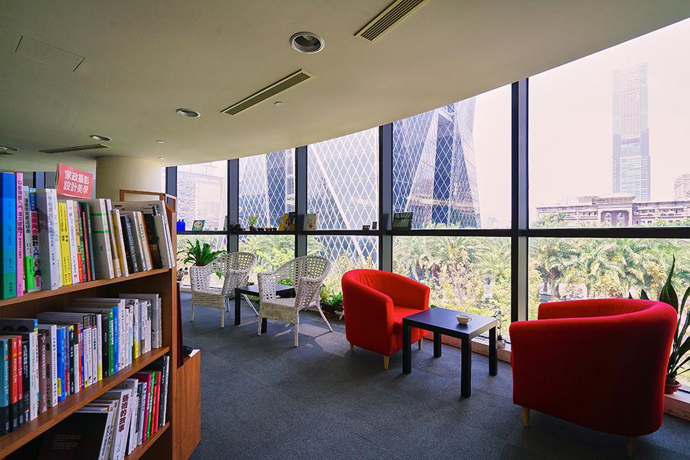 落地玻璃引攬窗外綠意,耳邊悠揚輕柔的鋼琴樂聲,在城市書店閱讀是種享受。(攝影/李曉萍)