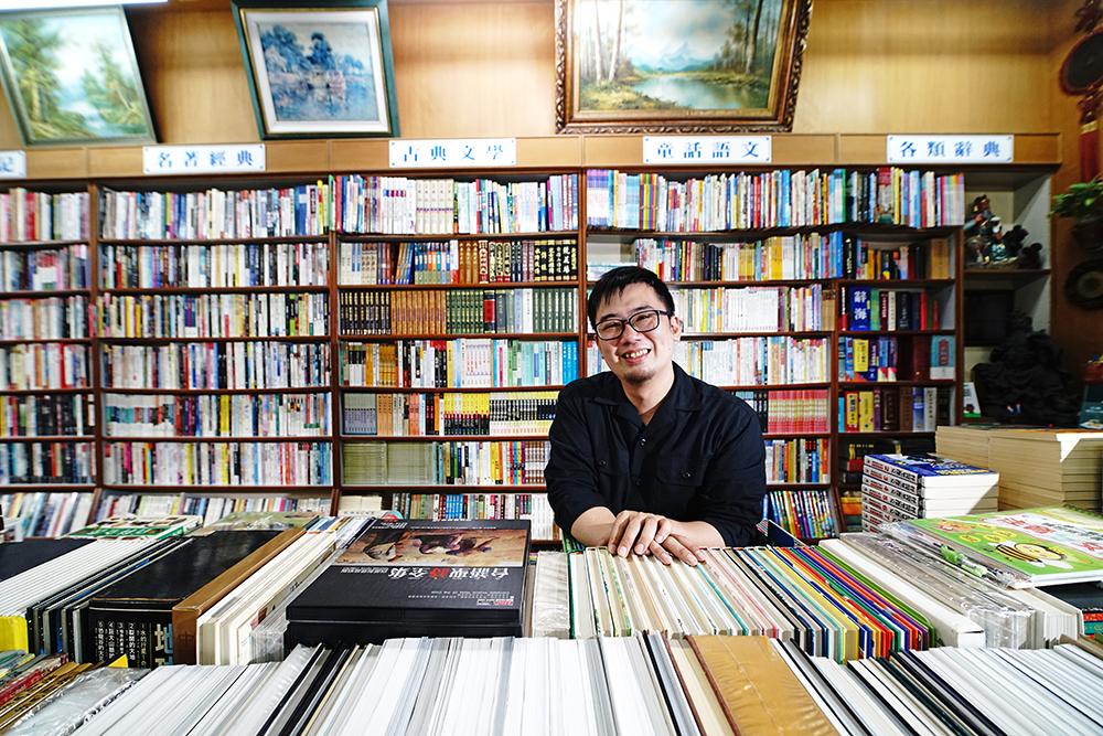 店長吳俊彥愛惜每本書,讓它以最好的面貌重新面世。(攝影/曾信耀)